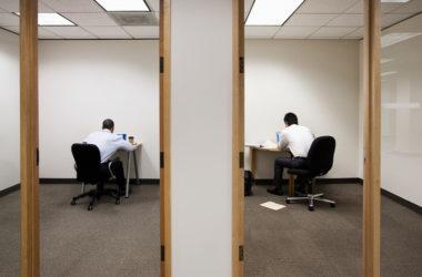 Os funcionários estão mais solitários do que nunca. Veja como os empregadores podem ajudar.